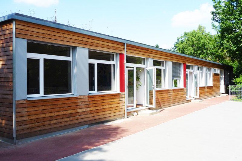 Kindertagesstätte aus Mietmodulen mit Holzverkleidung in Bad Soden